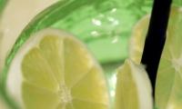 zelena-caša-s-limunom-gros-plan